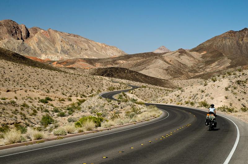 Seuls sur l'asphalte brûlant du Nevada. Il fait chaud, le soleil tape fort et on a soif…