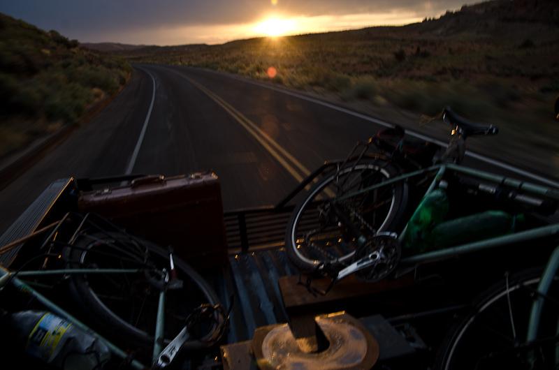 Grand Junction, Colorado: le soleil se couche enfin sur le désert. Il est derrière nous… L'heure est venue de prendre l'accélérateur en direction des Grands Lacs, on a rendez-vous!