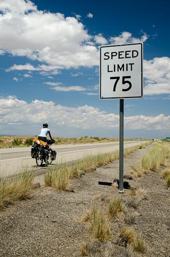 Pas une minute à perdre! A 75 miles par heure, il faut 40 minutes avant le prochain point d'eau. Nous, on fait du 10, voire du 12…