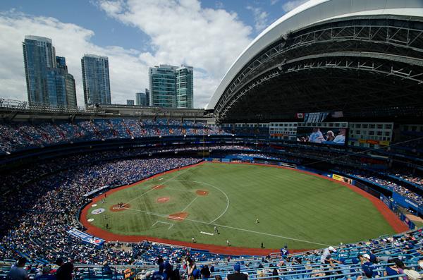 Stade à toit rétractable de 50'000 places. Outch… on a oublié les jumelles…