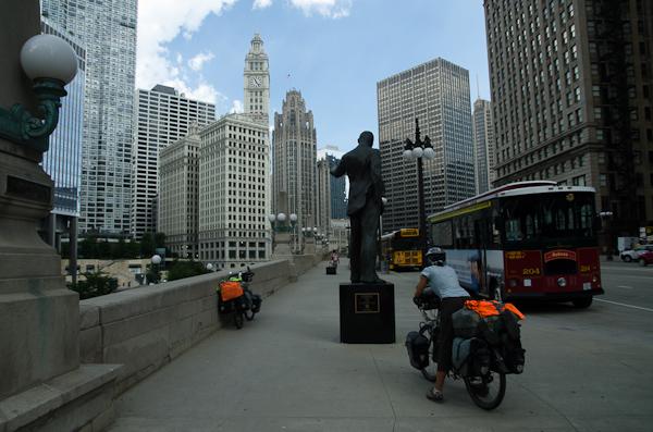 Au centre-ville. On se sent ridicule sur nos petits vélos…