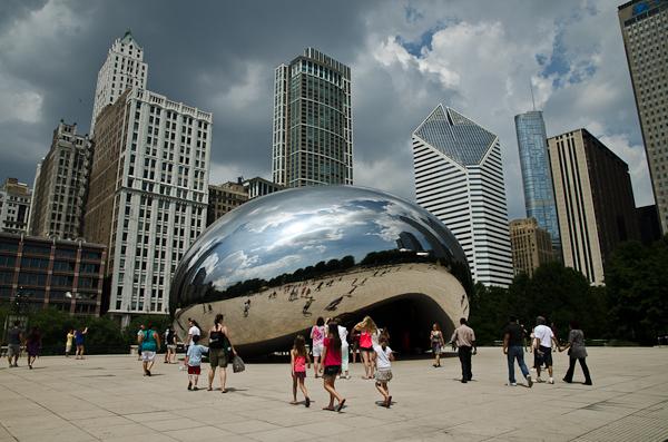 """""""The Cloud Gate"""" ou plus communément """"The Bean"""" sur fond de gratte-ciel. Une identité forte pour une métropole mondiale"""