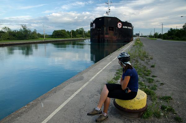 Passage d'un cargo dans le canal Welland, entre les lacs Erié et Ontario