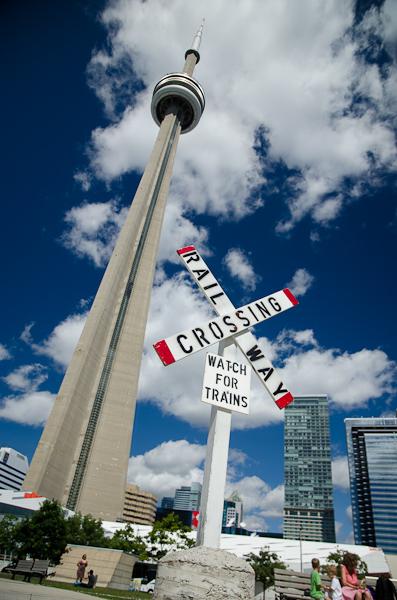 Haute de 553 mètres, la CN Tower est devenu le symbole de la ville de Toronto