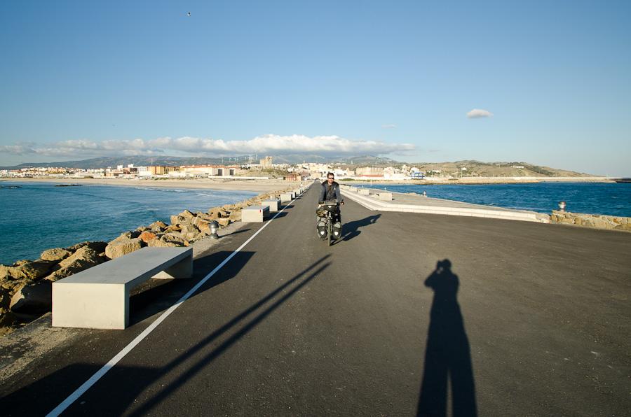 Route du bout du monde: d'un côté l'océan Atlantique, de l'autre la Méditerranée. Quatorze kilomètres plus au sud, c'est l'Afrique!