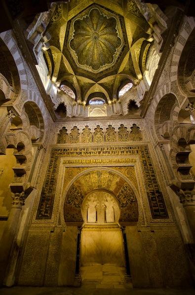 Le Mirhab (sanctuaire) et l'intérieur du dôme de la grande mosquée de Cordoue