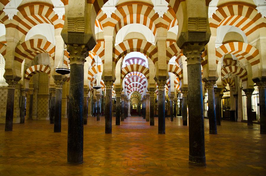 La salle de prières de la grande mosquée de Cordoue, véritable forêt de colonnes